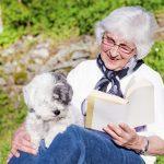 Señora con perro leyendo un libro