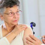 Señora mayor vacunándose en el médico